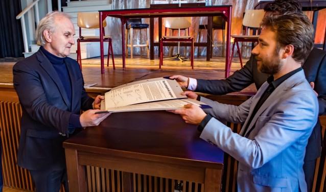 Broertjes krijgt het manifest van rector Ajolt Elsakkers.