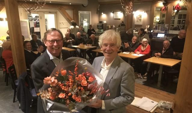 Voorzitter Timo Smit (l) feliciteert Peter Calis met lijsttrekkerschap Larens Behoud.