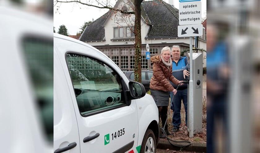 Wethouder Boersen neemt de nieuwe laadpaal in gebruik.