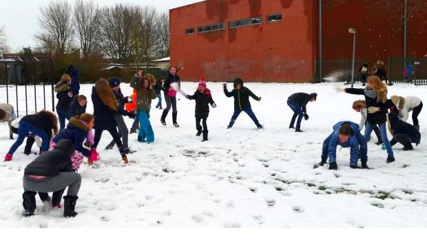 Leerlingen van De Springplank houden een sneeuwballengevecht.