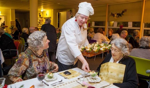 Marian Roskamp serveert 'haar' voorgerecht tijdens het drukbezochte kersdiner.