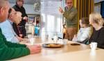 In de Lorentzschool gingen verschillende leerkrachten met elkaar in gesprek, staand links directeur Jeroen Jansen.