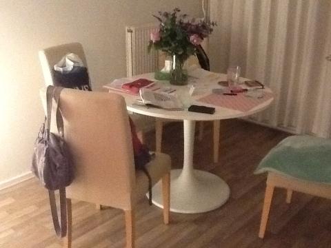 Toffe witte ronde tafel met stoelen geel gestoffeerd marktplein