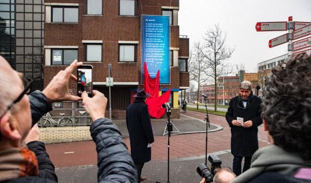 Wimar Jaeger bij de onthulling van het muurgedicht 'Ik Wacht' dat sinds begin 2017 hangt op het GAK-gebouw.