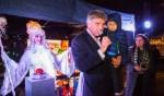 Op de arm van de wethouder verrichtte de 5-jarige Ismael de openingshandeling van de kerstactie van Make-A-Wish Nederland.