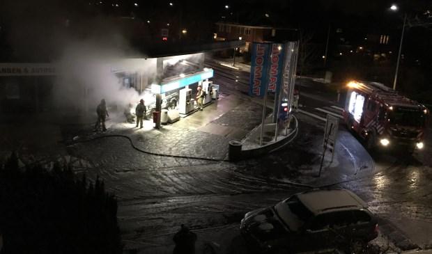 Auto in de brand bij tankstation
