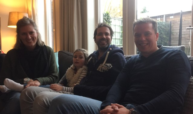 Frank de Greeve moet na een herseninfarct een nieuw leven opbouwen. Monique (l), Bo, Frank en Kasper.