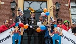 De sleutel van Laerendonck wordt traditioneel door burgemeester Elbert Roest aan De Onafhankelijke overhandigd.