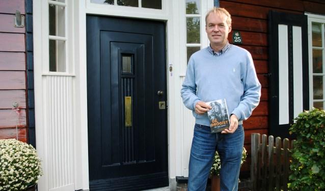 Naarder Sicco Reeskamp, de kleinzoon van Gerard, met het boek over zijn opa.
