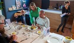 Lotte van Kampen van De Brink dient het eten van koks Kirsty Meijerink en Linda Kok op.