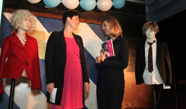 Eerste exemplaar is voor Jacqueline Prins, directeur emancipatie van OCW (rechts)