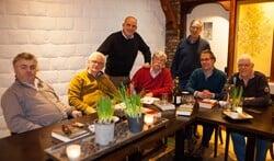 Het Larensch Literair Genootschap komt elke maand samen in de historische kamer van De Coeswaerde.