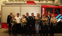 De vijf jubilarissen met hun partners en links postcommandant Roelof Willemze.