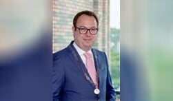 Burgemeester Roland van Benthem mag van de raad nog 6 jaar lang burgemeester blijven van Eemnes.