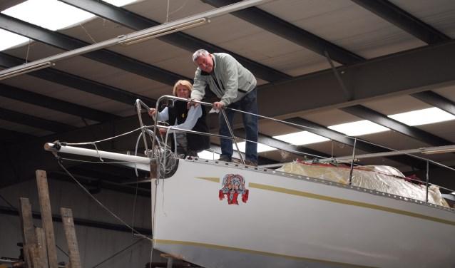 Henk Mulder en Cornelia Boom stoppen elk vrij uurtje in de bouw van de nieuwe boot Never too old.