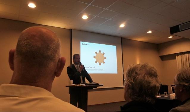Gedeputeerde van Noord-Holland Jack van der Hoek tijdens de presentatie van het bestuurskrachtonderzoek.