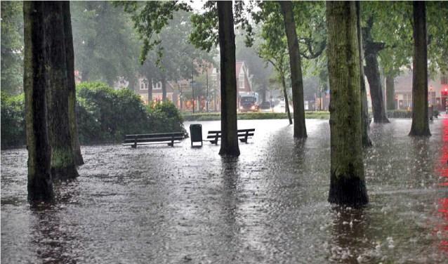 Met het afkoppelen van hemelwaterafvoer wil de gemeente wateroverlast zoals op De Brink op 28 juli 2014 voorkomen in de toekomst.