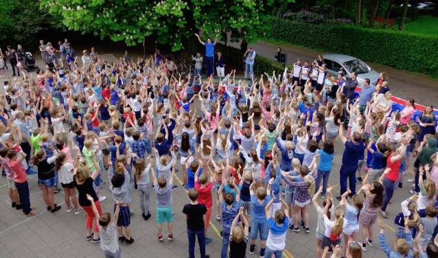 De korte dansmarathon op het schoolplein van OBB.