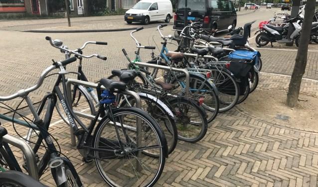 Bij winkelcentrum zijn veel plekken om fiets neer te zetten.