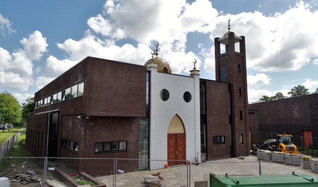 De Marokkaanse gemeenschap in Weesp bouwt deze nieuwe moskee aan de Nijhoffstraat.
