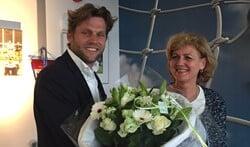 Rutger Rebel krijgt bloemen van Alexandra Lujee namens het bestuur.