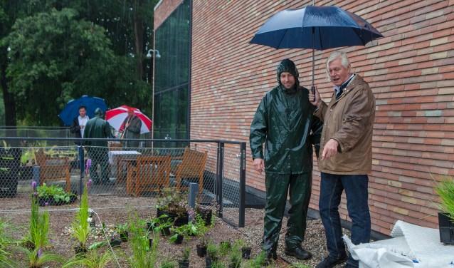 Piet Oudolf wijst de planten aan die in de door hem ontworpen daktuin mogen komen.