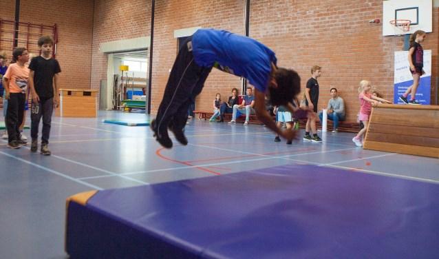 Kinderen leren hoe ze veilig sprongen kunnen maken.
