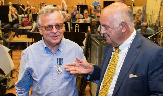 Bart van Lier met burgemeester Fons Hertog en zijn net gekregen onderscheiding.
