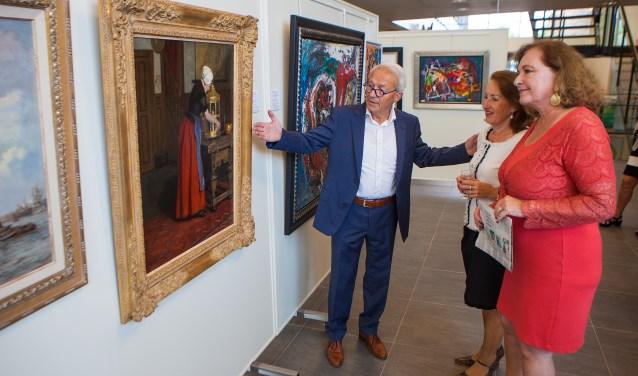 Teun Bouwer onder meer in gesprek met burgemeester Joan de Zwart (rode jurk).