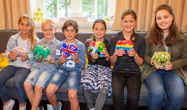 De prijswinnaars met hun olifantjes.