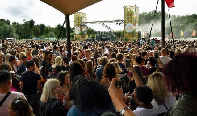Dansen en meezingen met Ronnie Flex op het Vunzige Deuntjes Stage.