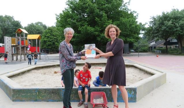 Merel Barnard (r) en Wilmi Termaat (l) van de 2e Montessorischool in Huizen.