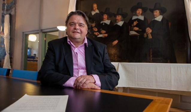 Olaf Vroom in het stadsarchief in Naarden; een pand dat zijn stichting graag wil beheren.