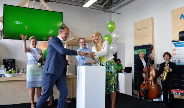 Irmelin Waalkens en Peter Desmet vieren het officiële moment, dat wordt verricht door Jan Vos en Liesbeth van Tongeren.
