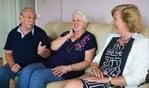 Ruud en Riet praten gezellig met wethouder Marlous Verbeek die het paar kwam feliciteren namens de gemeente.