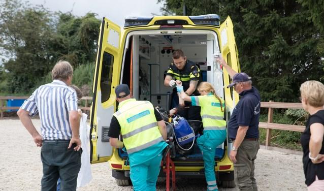 Luna wordt na behandeling in de ambulance vervoerd naar het ziekenhuis.