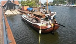 De bemanning heeft skûtsje Eemlander op de botterwerf in Huizen weer in topconditie gebracht.