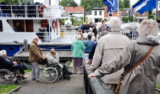 Ook Jess Optiek trekt zich het lot van eenzame ouderen aan en organiseerde vorige maand een rondvaart.