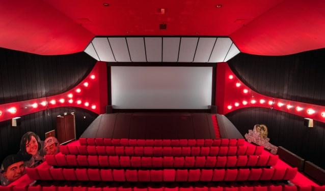 Achter het grote scherm hangt nog de rails van het oude theater.