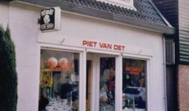 Piet van Det tot 2002 op de Gildestraat.