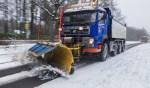 De sneeuwschuiver in actie vorig jaar toen de ellende op de weg beperkt bleef.