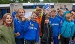 De jeugdleden verkopen loten van de Grote Clubactie voor de nieuwe sportzaal.