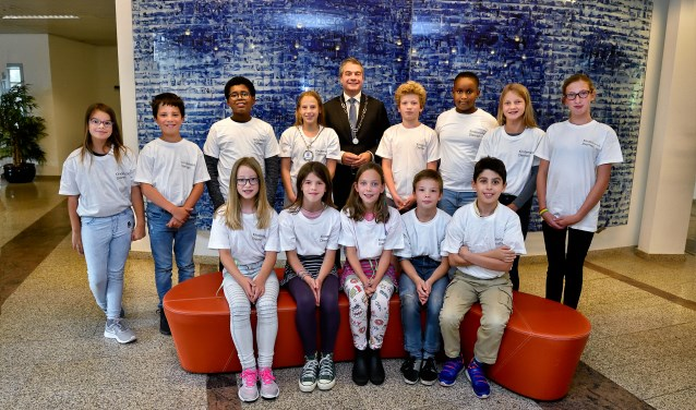 De nieuwe kinderraadsleden met de burgemeester en de kinderburgemeester van Diemen.