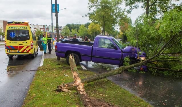 De bestuurder van de truck reed de boom finaal uit de grond.