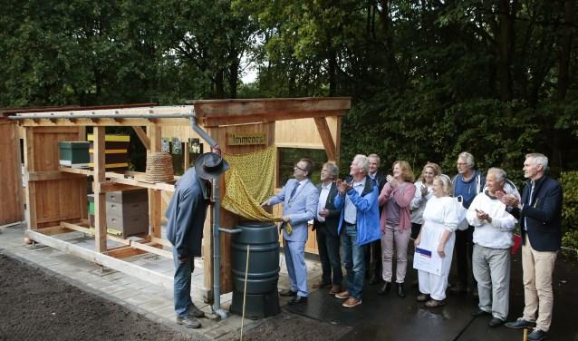 Onder luid applaus onthult burgemeester Roland van Benthem de naam van de bijenschans.