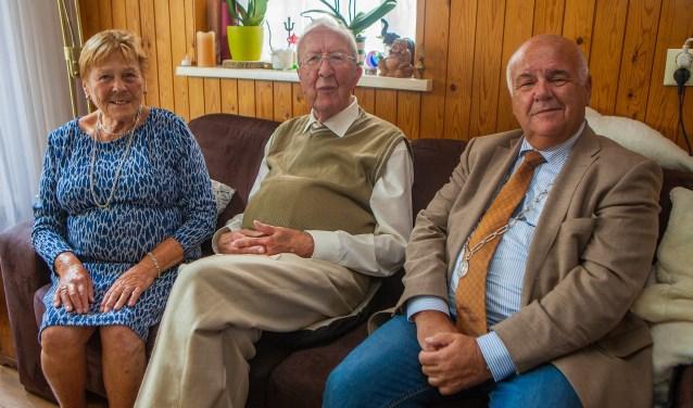 Burgemeester Fons Hertog kwam het paar namens de gemeente feliciteren.