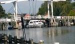 De brokkenkapitein vaart zich eerst vast onder de Lange Vechtbrug. Als hij los is, ramt hij de aanlegsteiger.