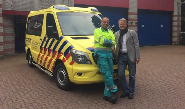 René Ton (r.), directeur van RAV Gooi en Vechtstreek, en Hans Wesdijk, ambulancechauffeur en wagenparkbeheerder, voor de nieuwe zorgambulance