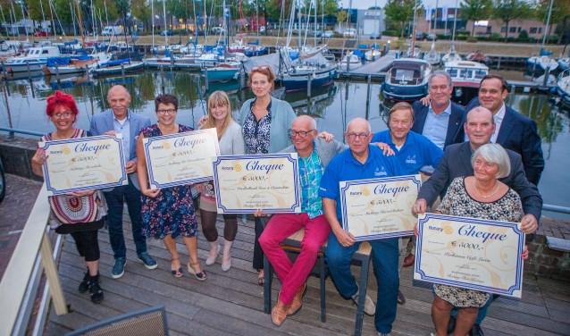 Vertegenwoordigers van de goede doelen kregen een cheque van 5.000 euro.