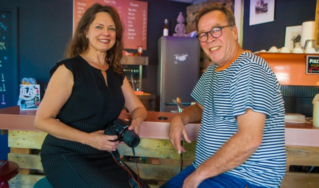 Helen Hofman en Marc Pols in het café van het pop-up-Kunstkantoor, waar zij 23 september voor het eerst een fotografiecafé houden.